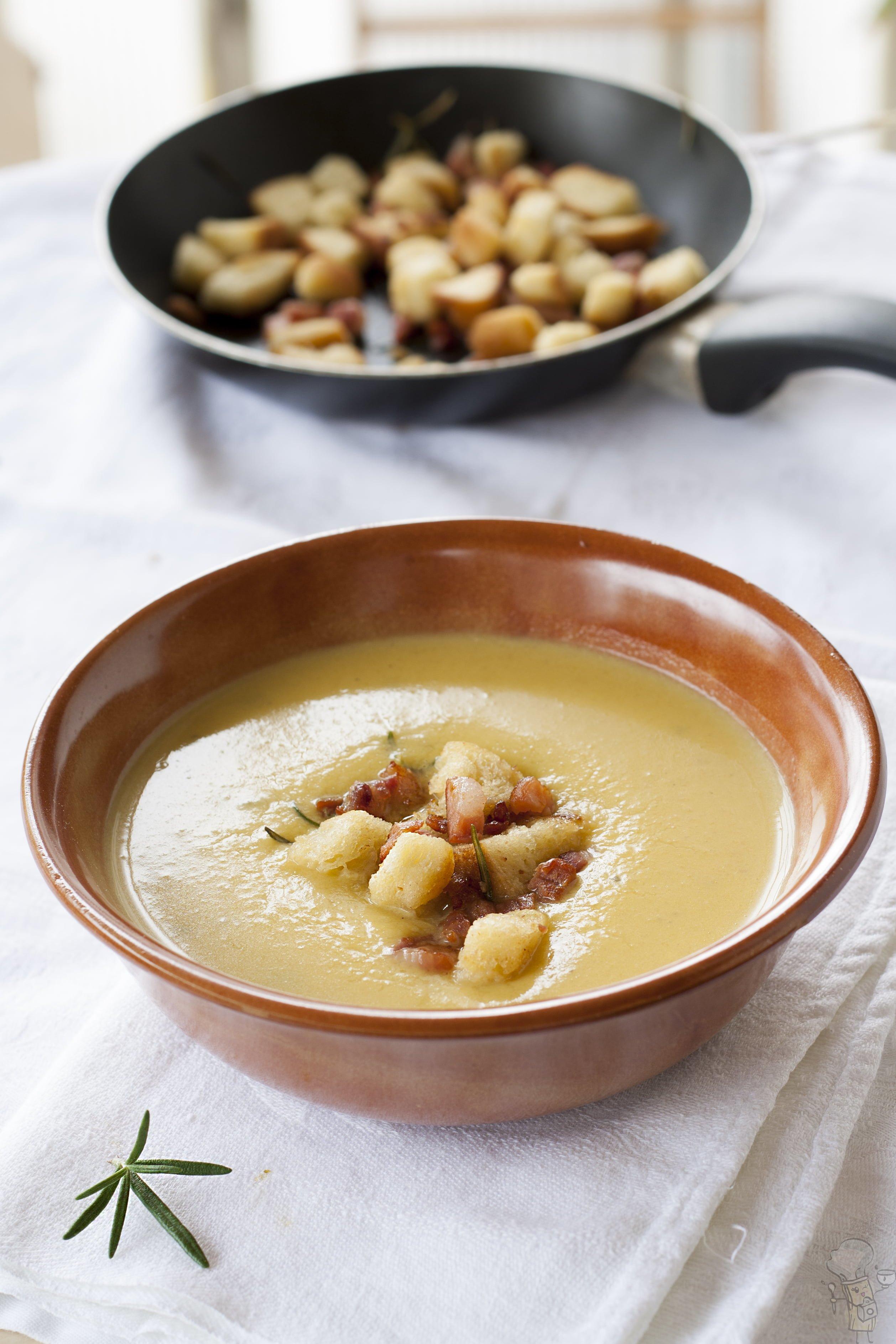 Crema di zucca con pancetta croccante e crostini