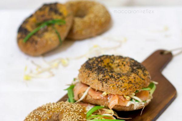 Bagel con salmone, crema di formaggio e songino