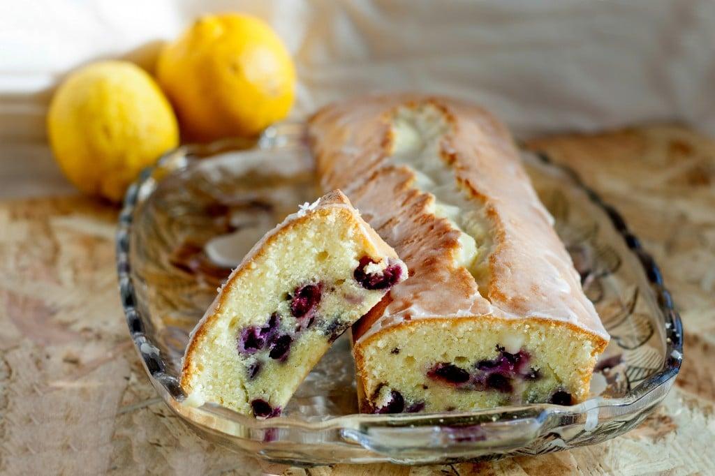 Plumcake ai mirtilli e glassa al limone