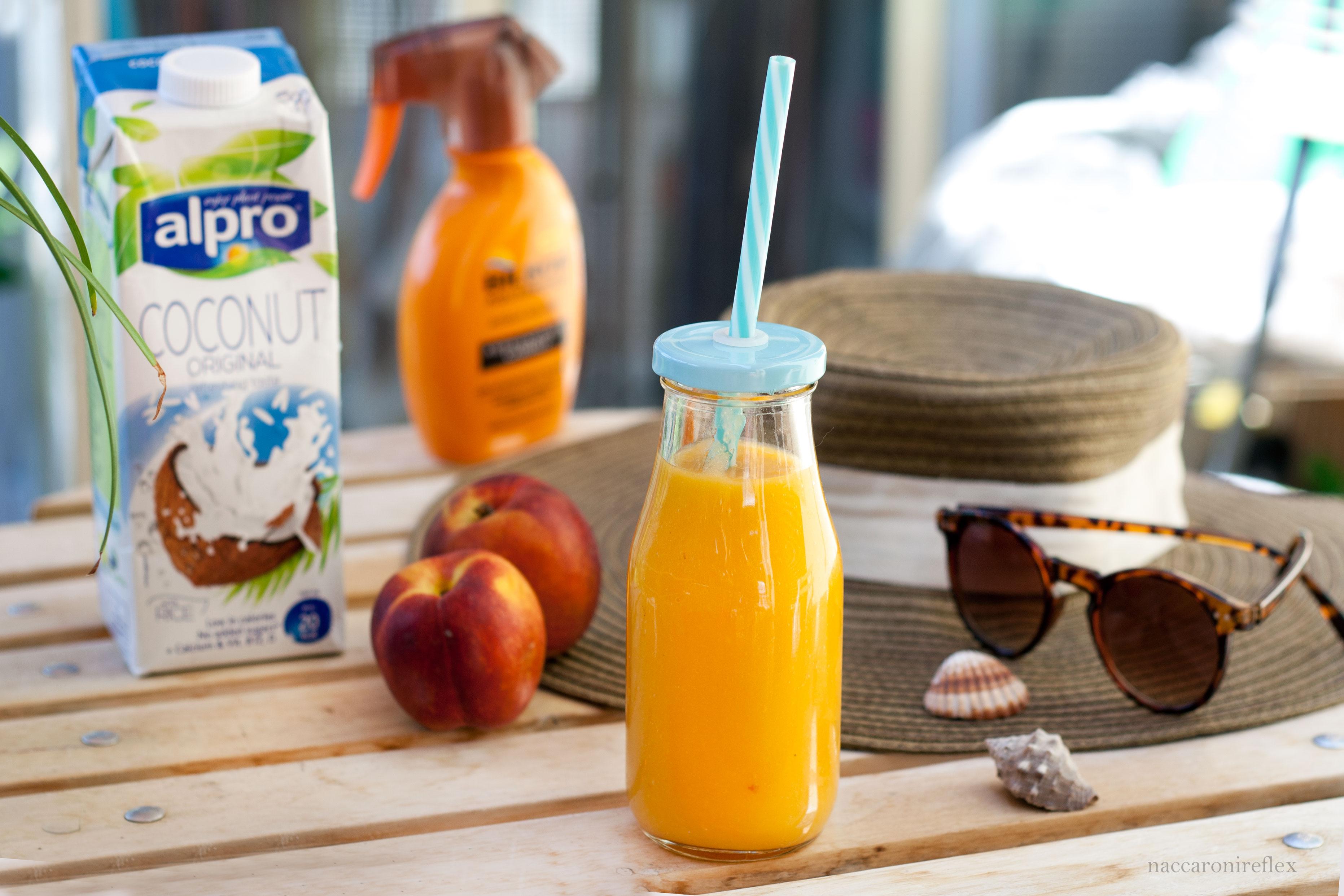 Smoothie al mango, pesca e latte di cocco