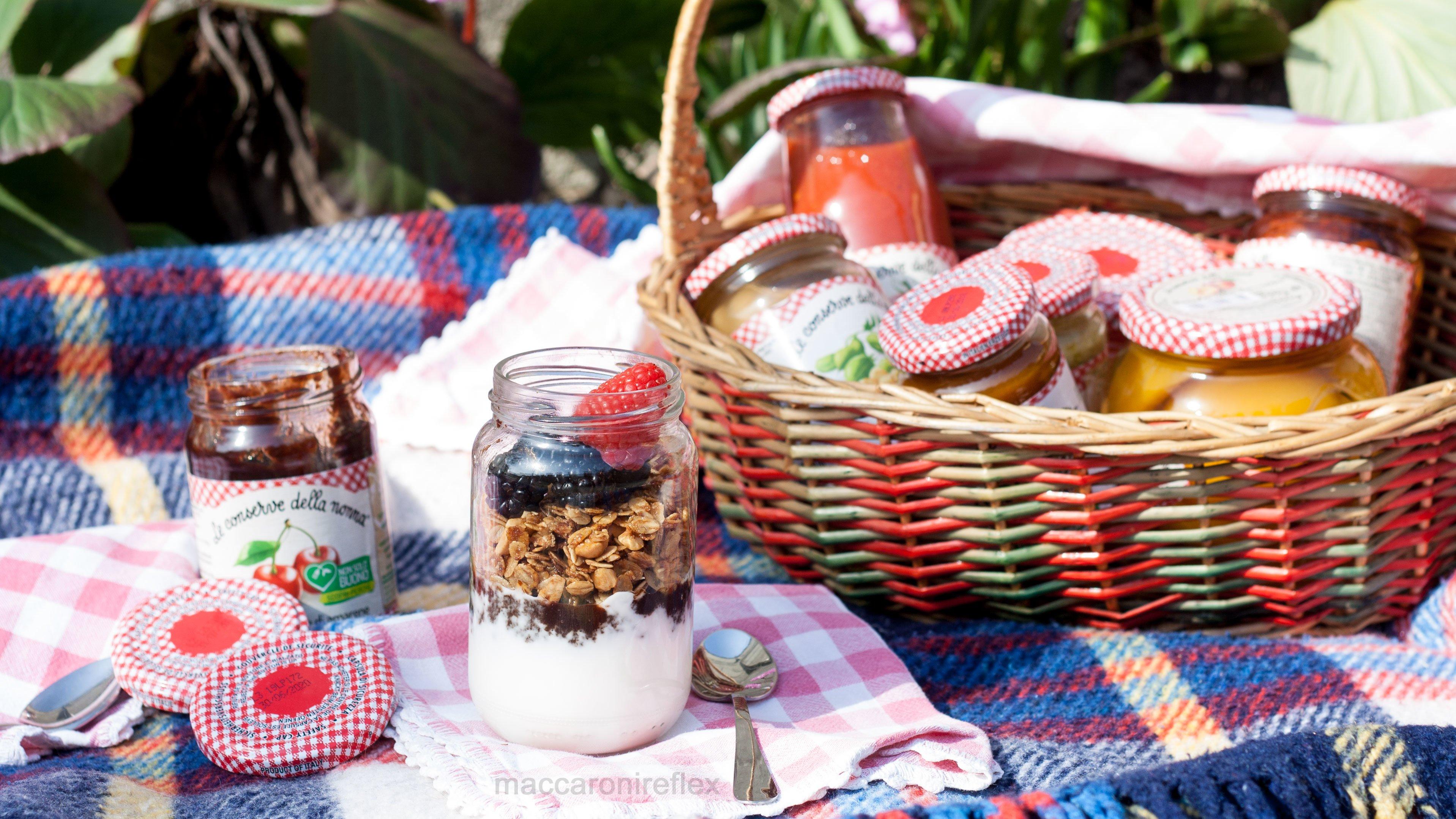 Yogurt con confettura di amarene, granola e frutti di bosco
