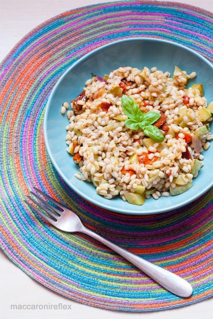 Insalata d'orzo con zucchine, pomodorini e pomodori secchi