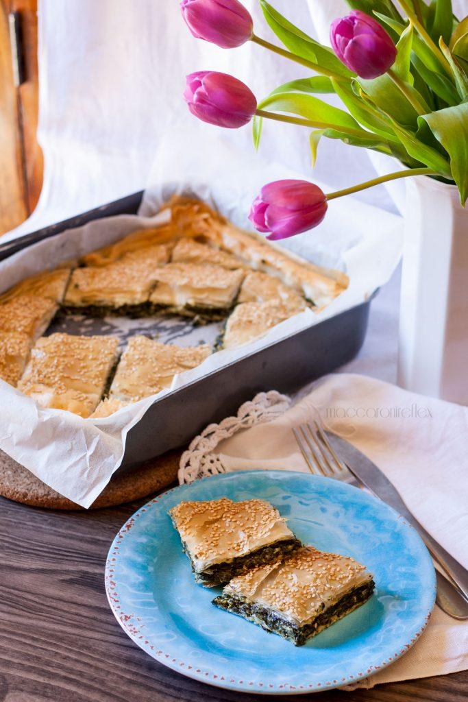 Spanakopita, torta greca con spinaci e feta e pasta fillo