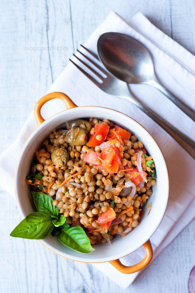 Insalata di lenticchie estiva - lenticchie con pomodorini cipolla rossa e carote