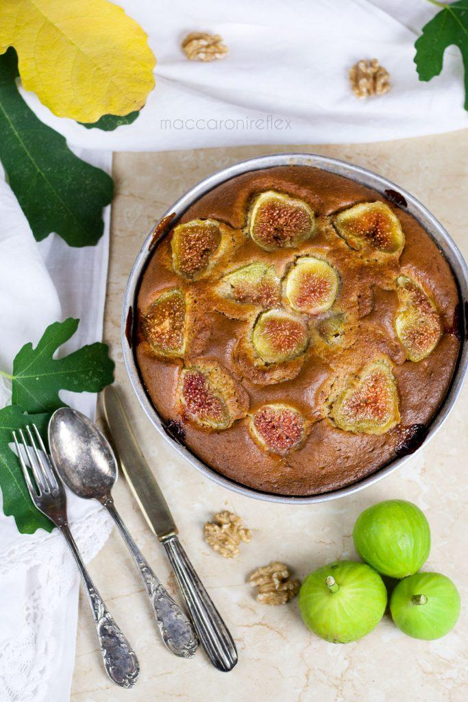 Torta integrale con fichi e noci per colazione