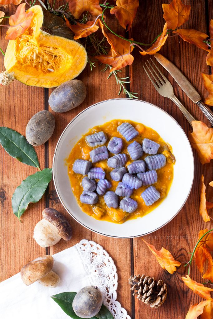 Gnocchi di patate viola con zucca e funghi porchini freschi