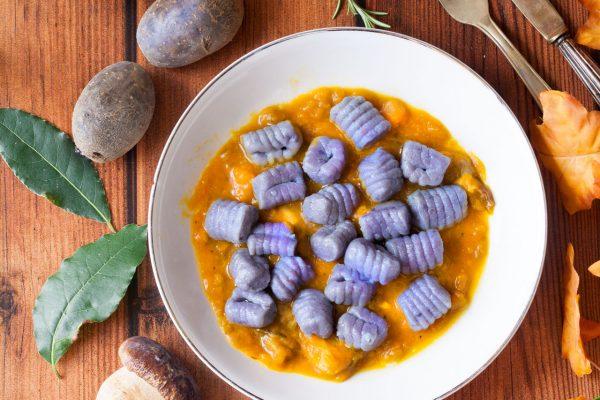 Gnocchi di patate viola con zucca e funghi porcini