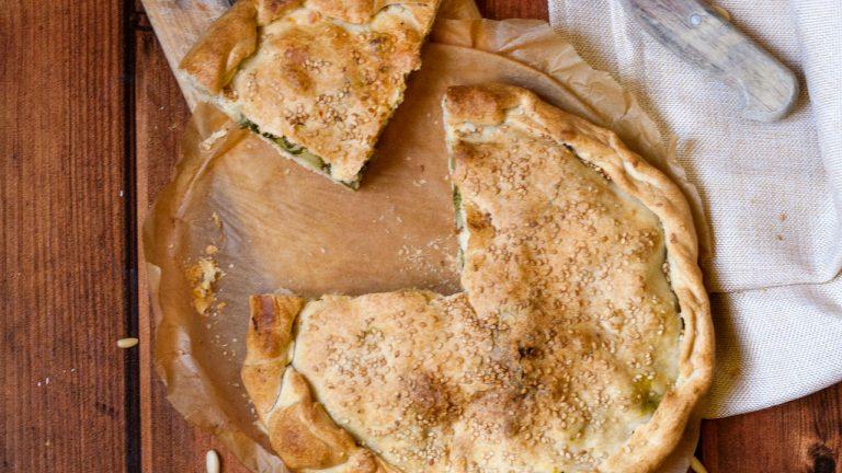 Torta salata con cime di rapa, olive e pinoli