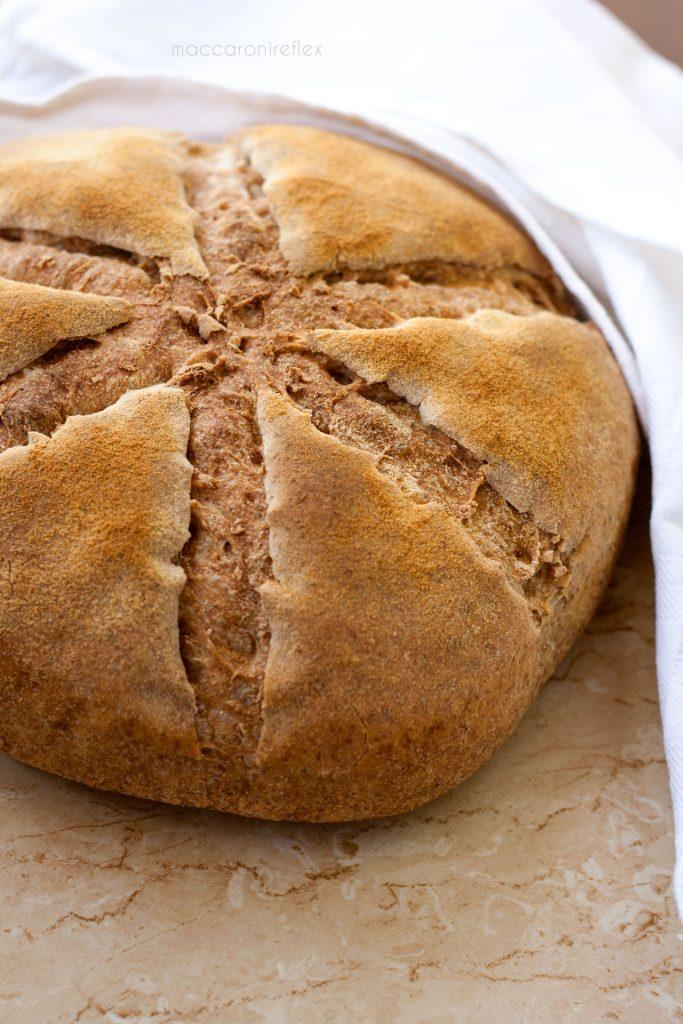 Pane fatto in casa con farina integrale e semola rimacinata