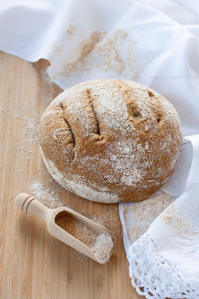 Pane integrale senza impasto cotto in pentola nel forno